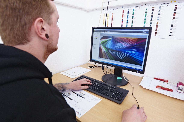 Mitarbeiter konfiguriert die Daten für den Digitaldrucker